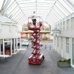 Glasreinigung eines Glasdaches mit Hebebühne