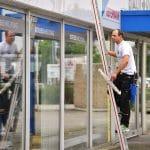 Her Klüßendorf putzt ein Schaufenster