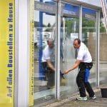 Reinigung eines Schaufensters