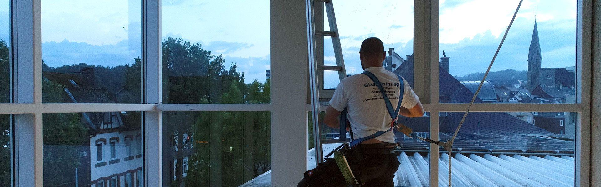 Daniel Klüßendorf reinigt schwierig zu ereichende Fenster