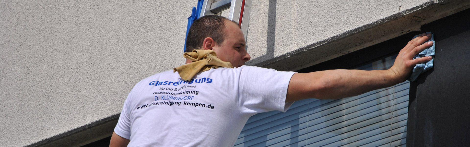 Herr Klüßendorf bei der Glasreinigung